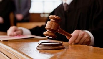Δικαστής σε ρόλο υπερασπιστή χρυσαυγίτη βιαστή ανηλίκων