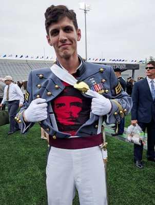 Κομμουνιστής δόκιμος φτύνει κατάμουτρα τον στρατό των ΗΠΑ