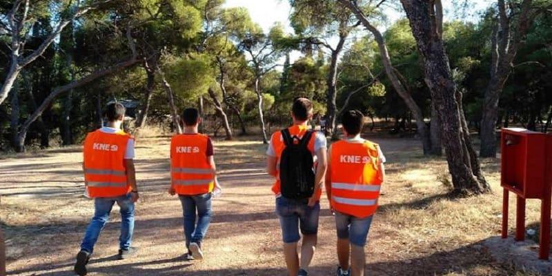 Μέλη της ΚΝΕ βοηθούν στην πυροπροστασία του Πάρκου Τρίτση