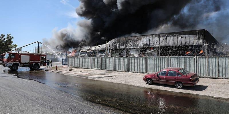 Ασπρόπυργος: Μαίνεται η πυρκαγιά σε εργοστάσιο - Αποκαλυπτική η έκθεση της Πυροσβεστικής