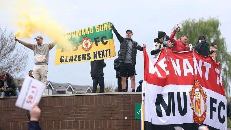 Μεγάλη διαμαρτυρία οπαδών της Γιουνάιτεντ – Αναβλήθηκε ο αγώνας με τη Λίβερπουλ