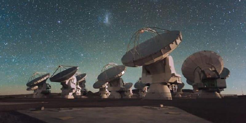 Νυχτερινή λήψη του Ραδιοτηλεσκοπίου ALMA