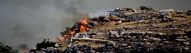 Στις φλόγες οι Μυκήνες – Μαύρισαν τα μνημεία από τη φωτιά
