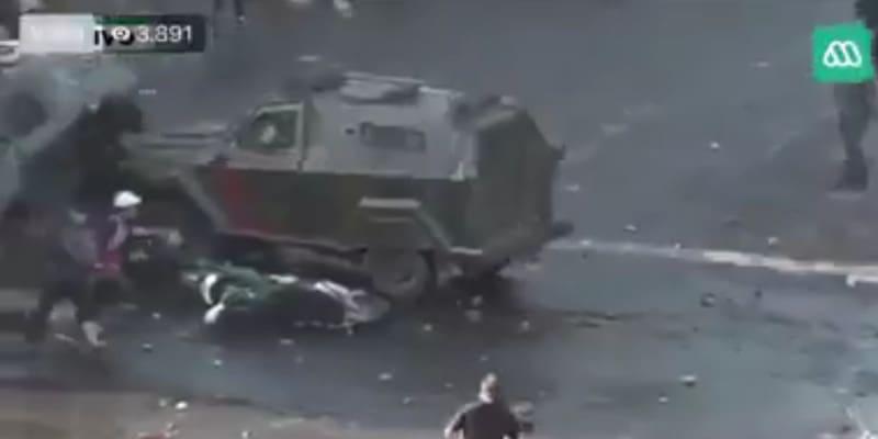 Χιλή: Τεθωρακισμένο όχημα επιχειρεί να συνθλίψει διαδηλωτή