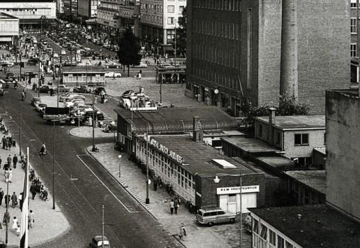 Het passagekantoor van de KLM in de Van Oldenbarneveltstraat, 8-1957