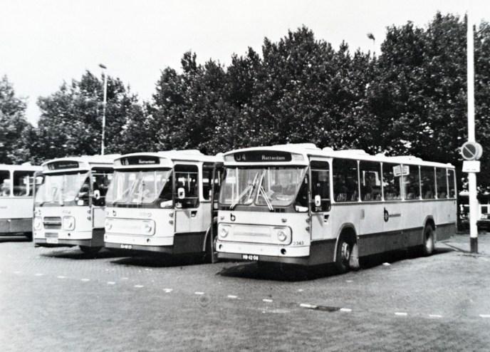 Bussen van Westnederland op het Auburo busstation op het Delftseplein Rotterdam, 1980.