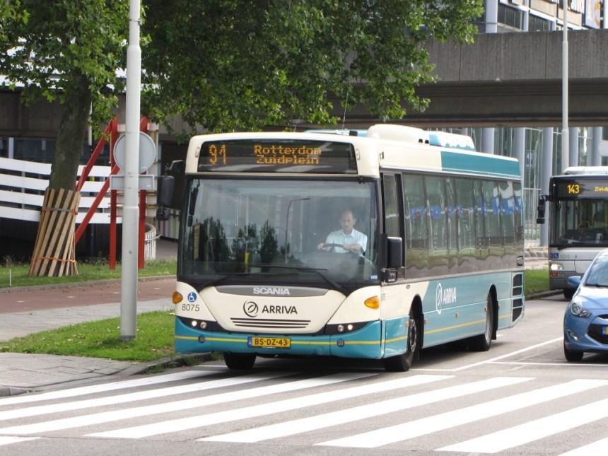 De Arrivabus 8075 arriveert bij het Rotterdamse Zuidplein, 9 augustus 2013 (foto: Berend van Nijen)