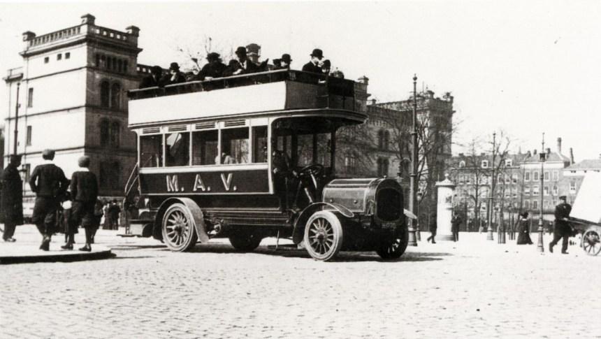 Bus H-1270 van de Maatschappij voor Algemeen Vervoer staat bij de halte Coolsingel-Van Hogendorpsplein, ca. 1905