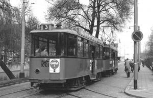Aanhangrijtuig 1001, lijn 3, op de Mauritsweg gezien vanaf de Aert van Nesstraat, ca. 1956