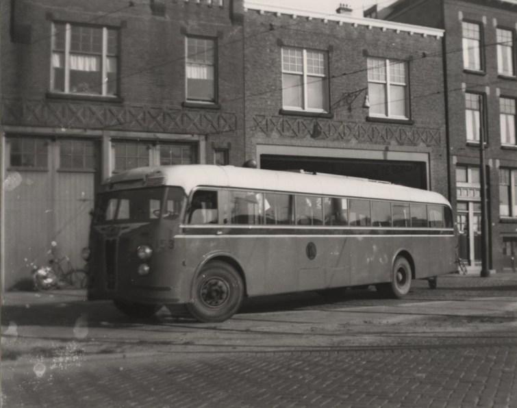 Crossley bus 153 (ex N.A.C.O. 1022) voor de remise Maastunnelplein. op 27 juli 1954.