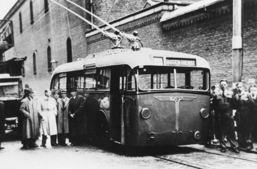 Trolleybus 901 tijdens een presentatie in de Isaäc Hubertstraat, 5-1944