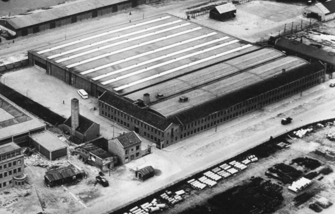 Luchtfoto van het nieuwe garagecomplex aan de Sluisjesdijknet voor de opening in 1947.