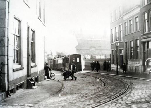 De stoomtram naar Schiedam op het Lage Erf gezien vanuit de Havenstraat, 1903