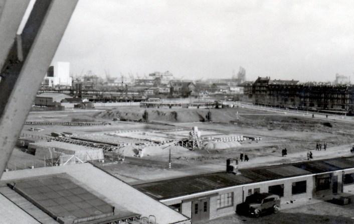 Vanuit een havenkraan een beeld van de bouwwerkzaamheden van de garage Sluisjesdijk in 1940.