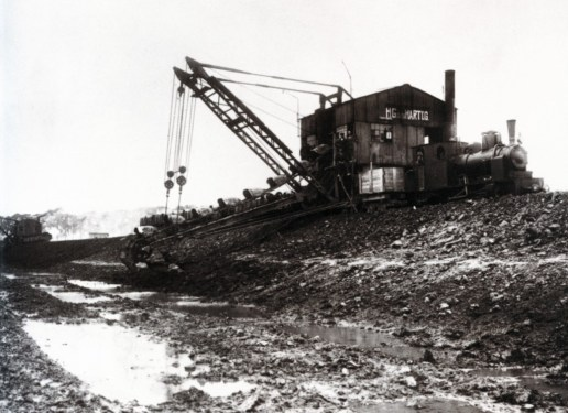 De inzet van de excavateur (graafmachine) bij de aanleg van de Waalhaven in 1910. Later zou daar de havenspoorlijn worden aangelegd.