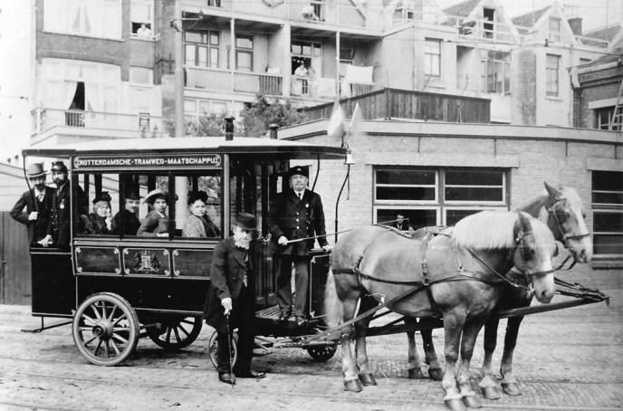 Omnibus 111 tijdens de VVV-week in 1934 op de binnenplaats van remise Delfshaven