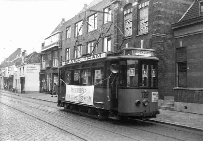 Motorrijtuig 185 als Zilvertram in de Bergse Dorpsstraat op 14 maart 1956 (foto: H.P. Kaper)