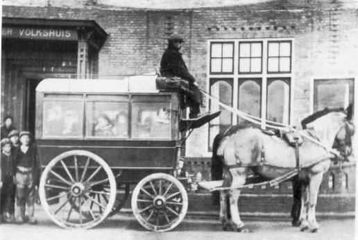 Omnibus voor het Zuider Volkshuis aan de Brink in Rotterdam Vreewijk  op 10 november 1918 als extra tram mogelijk met bezoekers t.g.v. de opening van dit Volkshuis op 3 november 1918.