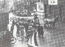 Sloepentram, Vischmarkt, 1935. Meerdere van deze onderhielden op onderstellen van  gesloopte trams een museumdienst naar een groot nagebouwd schip op de Vischmarkt.