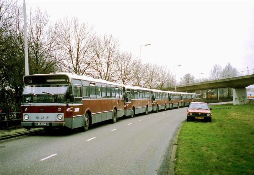 Bussen 633 , 636, en andere, DAF-Hainje, voor het voetbalvervoer opgesteld op de Horvathweg