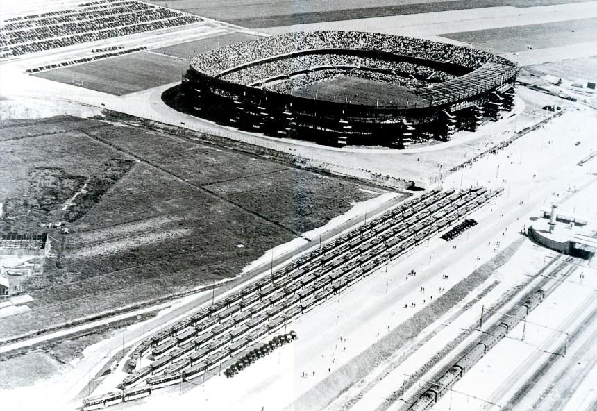 Stadion Feijenoord, 50 tramtreinen en 20 motorrijtuigen staan gereed voor de afvoer van voetbalsupporters. Olympiaweg, 1938.