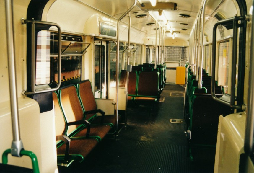 Motorrijtuig 1611, het nieuwe interieur met langsbanken, 16-12-1995
