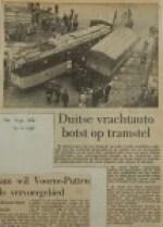 19561109-Duitse-vrachtauto-botst-op-tramstel