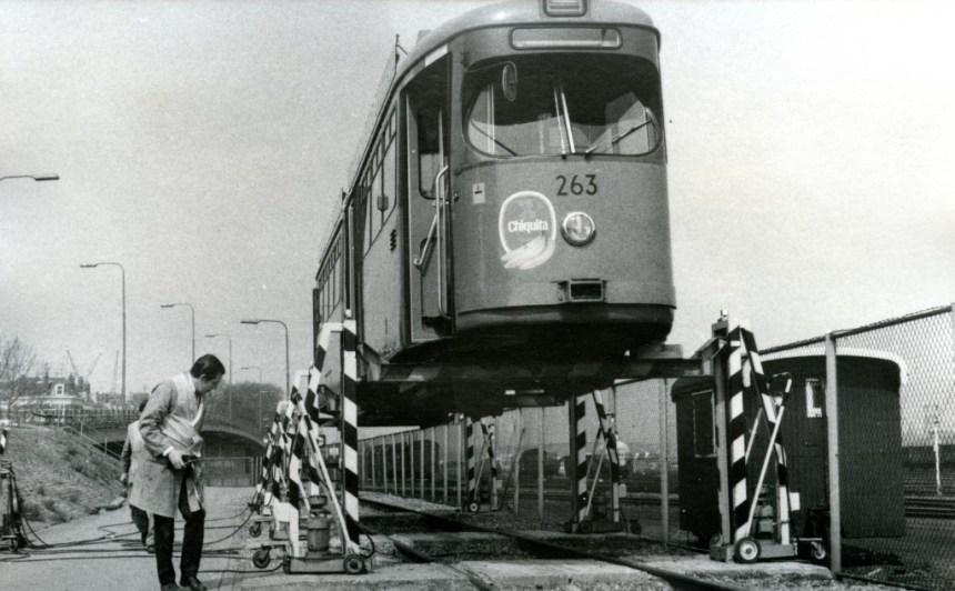 Motorrijtuig 263, overbrenging vanaf remiseterrein Hilledijk naar RMO voor onderhoud, 4-5-1972, (foto: Rob Schippers)