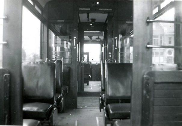 Motorrijtuig 401, interieurfoto -klapbanken op het balkon-, lijn 17, Oudedijk, 9-3-1941 (foto: J. Voerman)