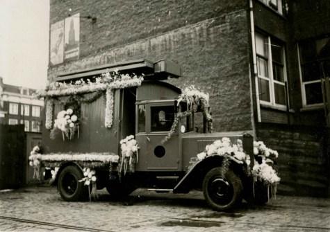 De versierde Krupp bovenleidingmontagewagen op het terrein van de remise Schiekade t.g.v. Koninginnedag 1935