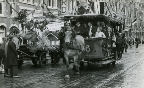 Paardentram 296 tijdens de feestritten ter ere van de bevrijding op de Oudedijk.