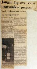 19680104 Jongen liep over rails naar ander perron
