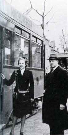 Met het vertrekken van veel mannelijke personeelsleden worden vrouwen als conductrice aangesteld. Rusthoflaan, lijn 15, 19-4-1943