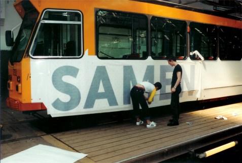 Motorrijtuig 732, reclametram, remise Hillegersberg, beplakken van de reclametram Samen instappen is goedkoper (foto: J. Havelaar)