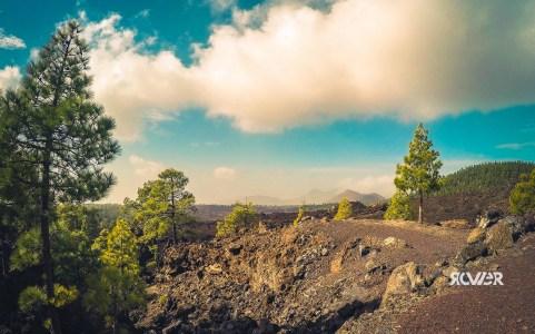 Krajobraz wulkaniczny. Roślinność jak widać radzi sobie nawet w takich warunkach.