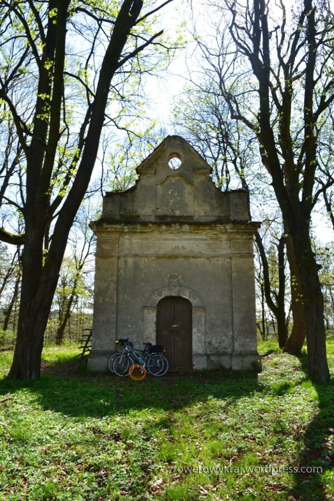 Zabytkowa kapliczka na terenie przypałacowym