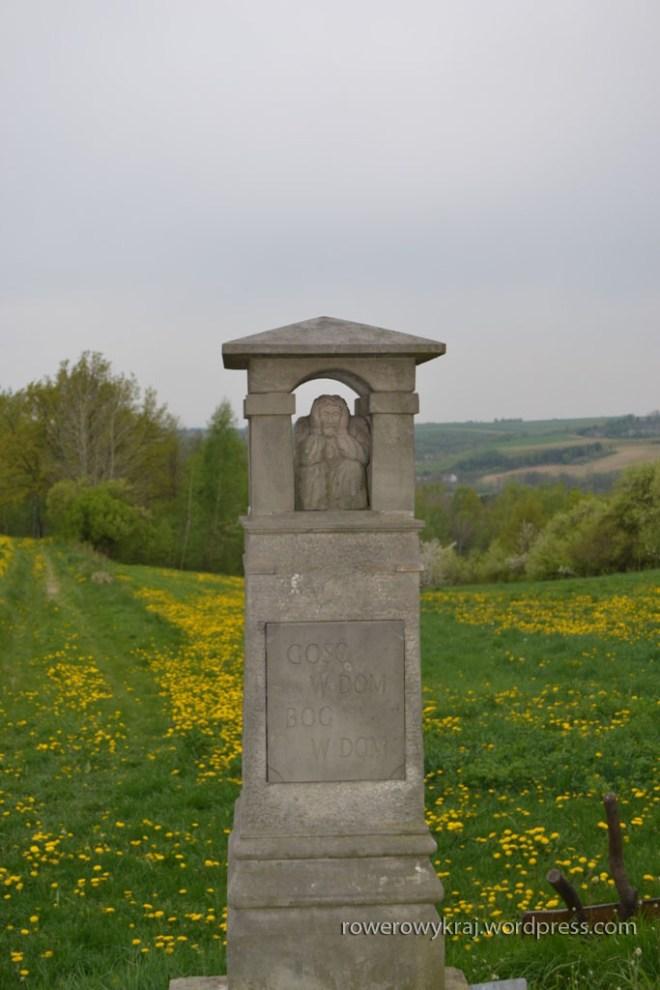 """kamienna kapliczka Chrystusa Frasobliwego przy wejściu do """"Ptasiej Doliny"""""""