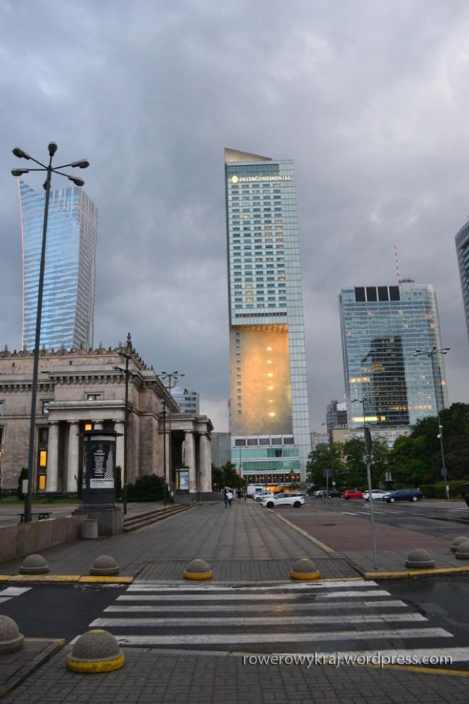Kłębiące się chmury nad miastem. Od lewej: Żaglem (Złota 44), hotelem Intercontinental, Rondo 1