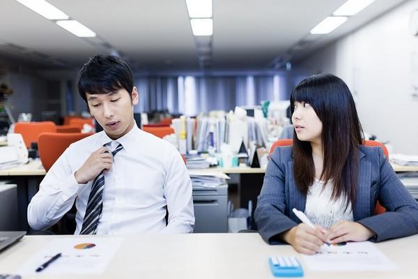 あなたの職場の男性が好きな人にとる5つの態度