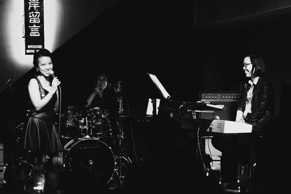 ElectroO2/ 2013 年攝於小河岸,從左到右分別是 Cheryl、Besty、以及現場 Keyboard 手唐寧