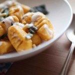 Gnocchis de patate douce, sauce à la fourme et aux pignons