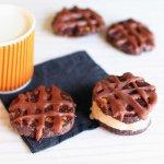 Cookies façon sandwichs glacés double chocolat, noisettes et vanille