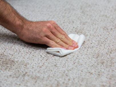 taches de cafe sur le tapis