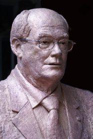 bronzen borstbeeld met bril