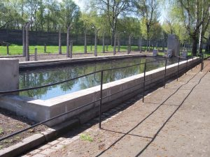 Więźniom udało się zorganizować w obozie nawet prowizoryczny basen w zbiorniku przeciwpożarowym
