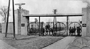 Centralne wejście do obozu janowskiego we Lwowie, 1944 rok