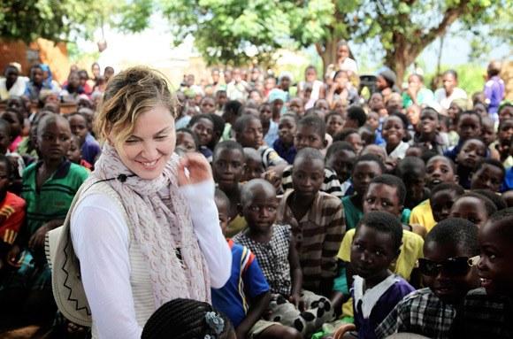 Un white savior à Lagos, et un sauveur blanc de plus !!! (Madonna lors d'une action humanitaire au Malawi
