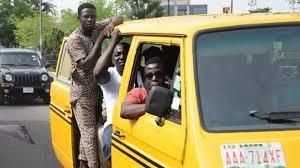 Nigéria, tout est dans les apparences : Les danfos, moyen de transport à Lagos (Nigéria)