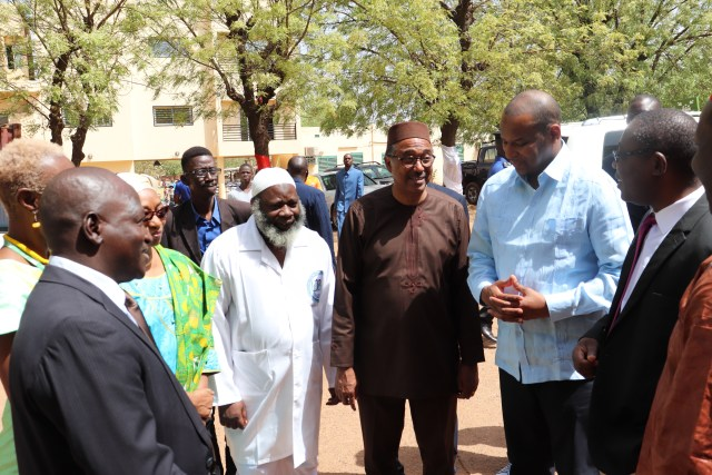 Le premier ministre Boubou CISSE et le ministre de la santé Michèle SIDIBE en visite au UCRC qualifié pour le test du Covid-19 au Mali