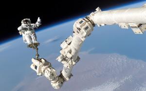 'n Ruimtevaarder op 'n ruimtewandeling buite die ruimtestasie